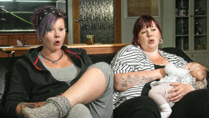 Kuvassa Tanja, Sannis ja Ruusa sohvalla.