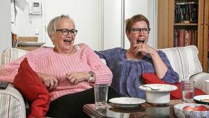 Monna ja Iris katsovat televisiota.