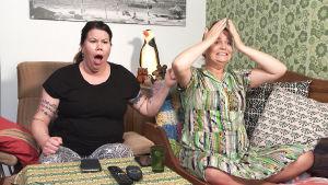 Pinja ja Sanna tuskailevat sohvalla.