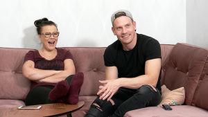 Laura ja Ville nauravat tv-ohjelmalle.