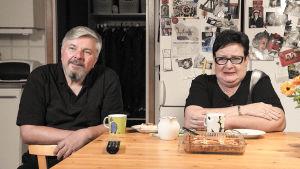 Jorma ja Soile katsovat tv:tä keittiössä.