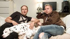 Jarno ja Perttu katsovat tv:tä.