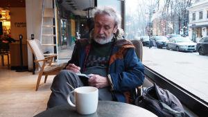 Lassi Rajamaa helsinkiläisessä kahvilassa tammikuussa 2019.