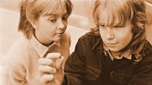 Misa Palander ja Niko Saarela teini-ikäisinä kuunnelman Pala kuumaa rautaa -kuvituskuvassa
