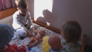 Liinun sisarukset leikkivät sairaalassa nukeilla