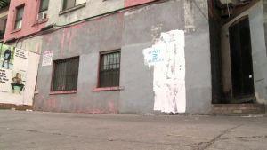 Katutaiteilija Banksyn teos on maalattu peittoon newyorkilaisen talon seinässä