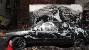 Katutaiteilija Banksyn futuristisia sotaratsuja esittävä installaatio New Yorkissa