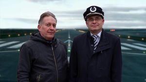 Kuvassa näyttelijä Sami Kojonen ja lentokapteeni Jari Veromaa