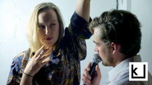 Milla Kangas (Sarah) ja Lauri Tilkanen (Richard) katsovat toisiaan. Sarah polttaa savuketta, Richard puhuu mikrofoniin.