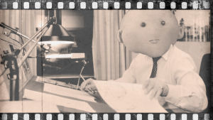 Lilla O som nyhetsreporter på svartvit bild i fotorulle.