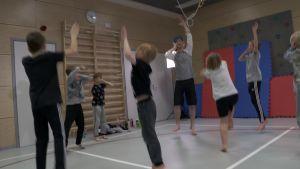 En grupp pojkar som dansar.