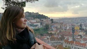 Nainen katselee kaupunkimaisemaa ylhäältä.