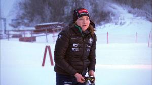 Linnea Halonen tränar vid skidcentrum i Vörå.