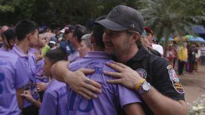 Mikko halaa poikaa.
