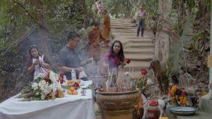 Thaimaalaisia turisteja luolan ulkopuolella.