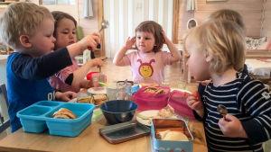 En bild av barn på ett norskt dagis ur tv-serien Kan selv för småbarn.