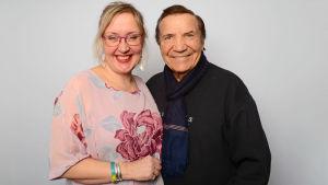 Olga Ketonen ja Eino Grön hymyilevät vierekkäin.