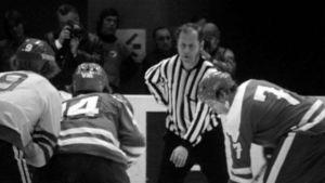 Unto Wiitala tiputtamassa aloituskiekkoa jääkiekko-ottelussa.
