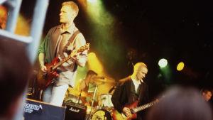 Provinssirock 1997. Rock-yhtye YUP soittaa esiintymislavalla.