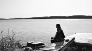 Saamelainen järven rannalla
