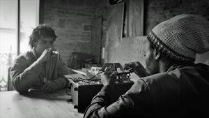 Mou ja kaveri korjaavat vahvistinta dokumenttielokuvassa Barcelonaa odottamassa