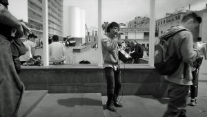Mou räppää kadulla dokumenttielokuvassa Barcelonaa odottamassa