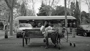 Mou tupakalla puistonpenkillä dokumenttielokuvassa Barcelonaa odottamassa