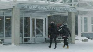 Ingången till Kemi centralsjukhus på vintern.