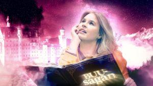 Malin Olkkola med en stor sagobok framför en bakgrund med ett fantasislott.