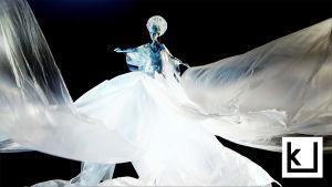 Nukke tanssii valkoisella puvussa. Kuva Hanna Bergholmin lyhytelokuvasta Nukkemestari.