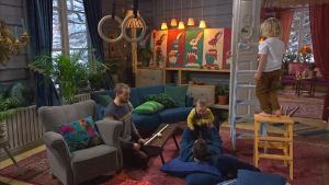 Ett rum gjort till en äventyrsbana för barn med ringar, madrasser och stolar.