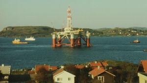 Öljytuotannon muokkaamaa merimaisemaa Stavangerin rannikolta.