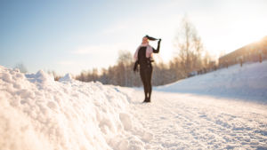 Amanda Autere seisoo talvisessa maisemassa.