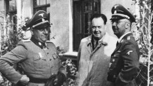 Felix Kersten ja Heinrich Himmler seisovat kolmannen henkilön kanssa.