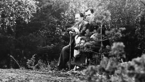 Felix Kersten and Finnish Prime Minister Jukka Rangell in the garden.