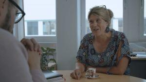 professor i mikrobiologi Cecilia Sahlgren samtalar med Tuomas Enbuske.