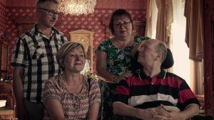 SuomiLOVE-yllätyksestä nauttimassa neljä aikuista ystävystä.