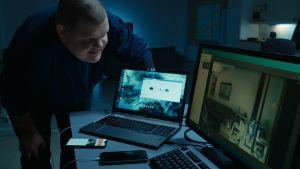 Iiro Uusitalo katsoo tietokoneen ruutua innoissaan.