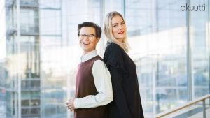 Sami Sykkö ja Marja Kihlström seisovat selät vastakkain Helsingin keskuskirjasto Oodin suuren ikkunan edessä.