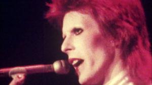 David Bowie lähikuvassa lavalla Ziggy Stardust -hahmona. Kuva dokumentista Cracked Actor.