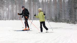 Suomeen saapunut kymmenvuotias palestiinalaistyttö Farah haltioituu lumesta, oppii hiihtämään, etsii ja löytää paikkansa maailmassa.
