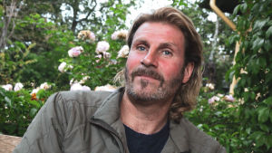 Anders Rosén i trädgård, porträttbild.