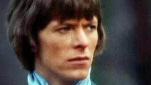 Parikymppinen David Bowie lähikuvassa. Ruutukaappaus dokumenttielokuvasta David Bowien ensimmäiset vuodet.