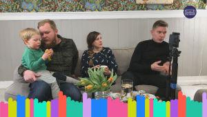 Kuvakaappaus Yle Vaalisohvan Varsinais-Suomen jaksosta. Kuvassa isä, jonka sylissä poika. Samalla sohvalla myös nainen ja nuorempi mies.