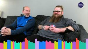 Kuvakaappaus Yle Vaalisohvan Oulun jaksosta. Kuvassa kaksi miestä istumassa sohvalla.