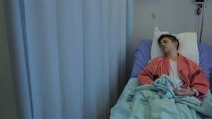 Mirna Kulas makaa sairaalassa sängyllä