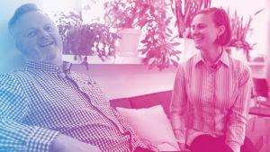 Jan Sundberg och Malin Gustavsson sitter i en soffa och skrattar.