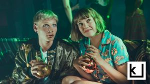 Aikuiset-sarjan pääosanäyttelijät istuvat drinksut sylissä.