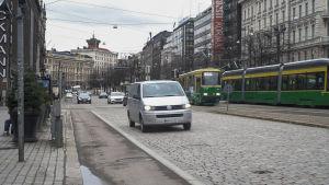 Bilsättningsbild. Bilar kör på Mannerheimvägen i Helsingfors.