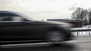 Bilsättningsbild. Bilar kör på Åboleden i Esbo.